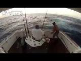 Так испугался пойманной рыбы, что прыгнул за борт